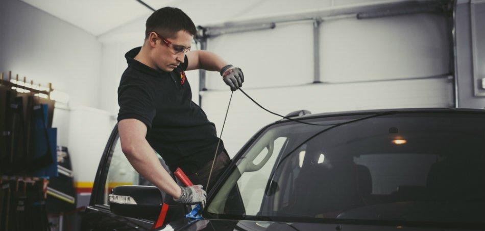 Треснуло лобовое стекло автомобиля – ремонтировать или менять?