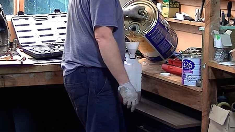 Для удобства переливаем масло с большой в маленькую канистру а уже из нее заправляем в двигатель нужное количество ориентируясь по контрольному щупу