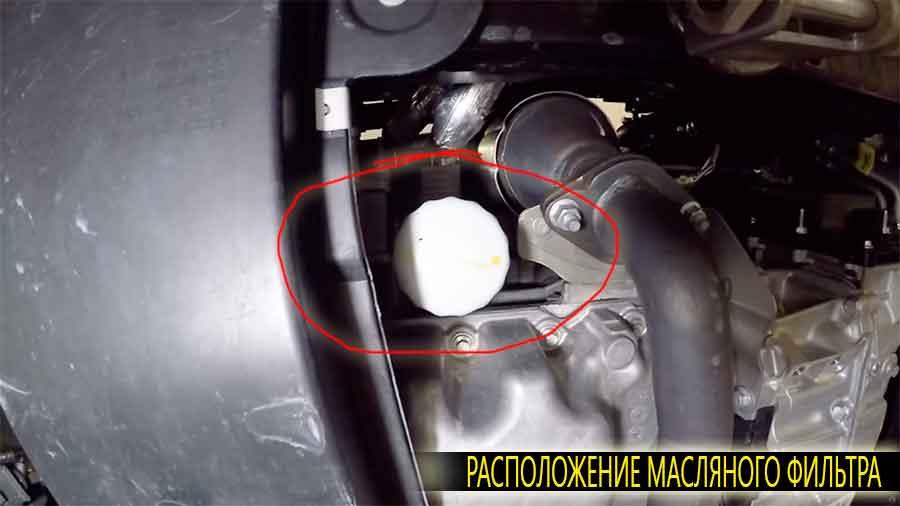 Расположение масляного фильтра в Форд Эксплорер 5 поколения. Как видно на фото к фильтру имеется хороший допуск снизу.