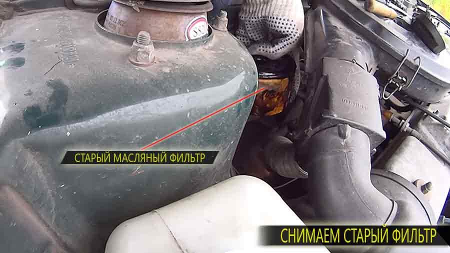 Масляный фильтр находится рядом (внизу) с воздушным фильтром