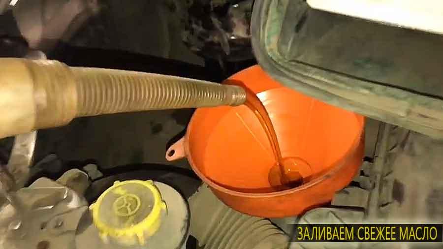 Заливаем новое масло в заливную горловину двигателя
