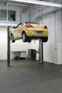 Безопасность при использовании двухстоечных автомобильных подъемников